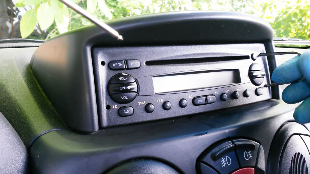 How to remove Blaupunkt radio CD from Iveco Daily, Megane, Doblo